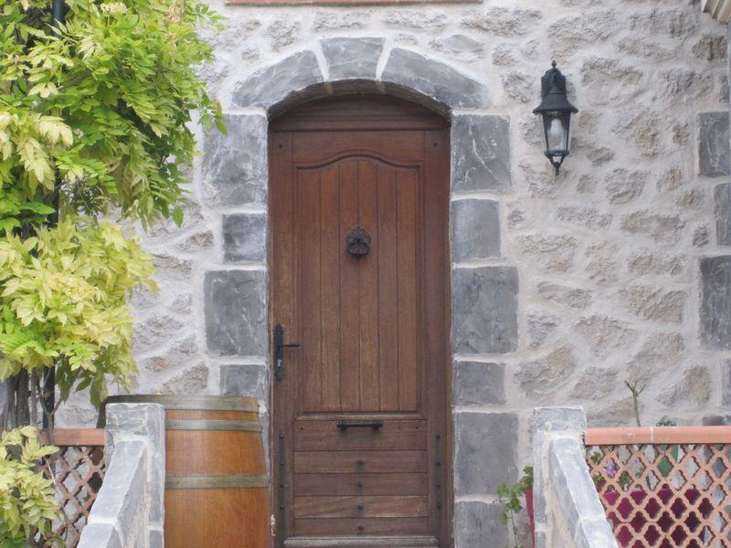 Mur en pierre joint e fa on pierre trets ravalement de for Decoration fausse porte